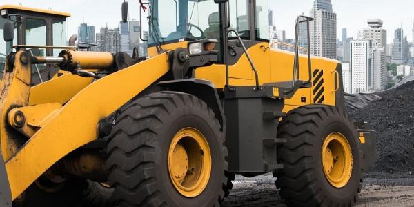 Czym powinny cechować się opony maszyn budowlanych do trudnych warunków terenowych?