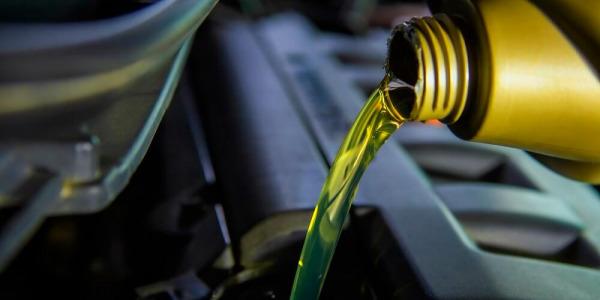 Ekologiczne oleje do maszyn budowlanych - czy warto inwestować w ich zakup?